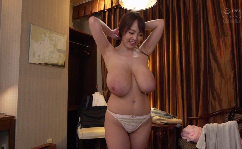 Guy loves to suck Hitomi Tanaka tits